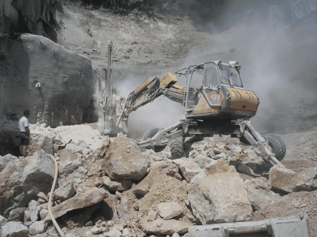 Steinbruch -BETONAMIT zerlegt 800m³ Fels