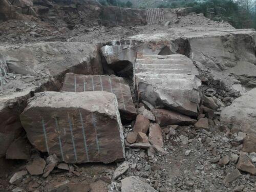 Naturstein sprengen im Steinbruch mit Betonamit